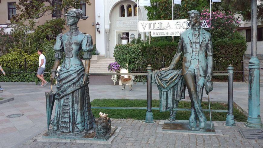 Памятник чехову и манумент дама с собачкой
