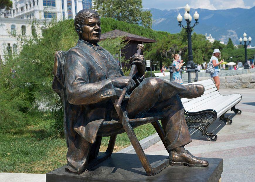 Памятник Михаилу Пуговкину